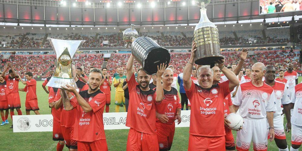 Zico e os atletas profissionais do Flamengo exibindo os troféus!